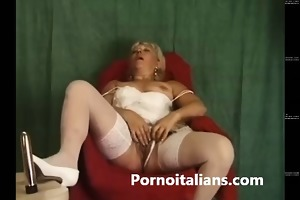 troia vecchia italiana si masturba con ragazzo