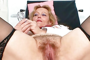 bawdy older lady toys her hairy cunt with specu