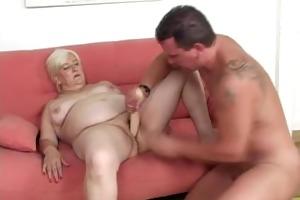 une femme ronde baise avec un jeune homme