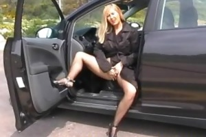 dogging doxy in car park using vibrator