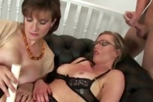 masturbatrix mature lady sonia uses toy